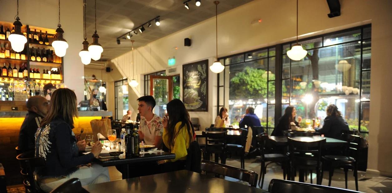 El protocolo para que los bares y restaurantes puedan ocupar hasta el 30%  de sus salones | Noticias del barrio de Flores